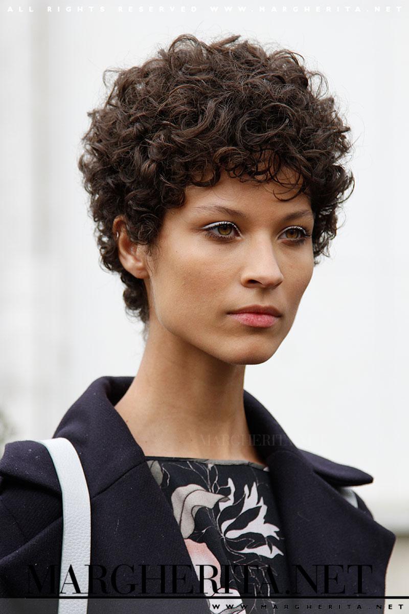 Taglio capelli corti donne ricci
