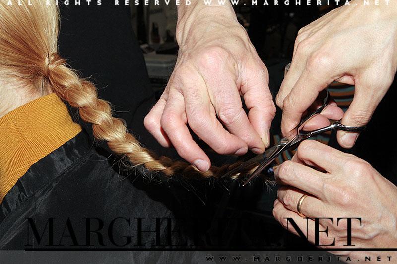 La lunga treccia viene fissata con una cordicella elastica molto ben stretta.