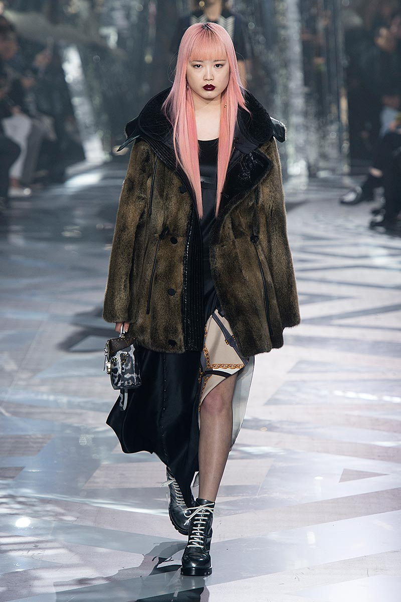 La top model Fernanda Hin Lin Ly resta in orsa anche per la stagione autunno inverno 2016 2017 da Louis Vuitton.