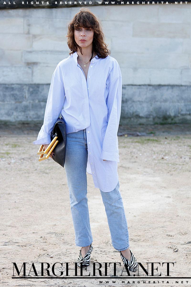 Play it cool! Non è niente, un semplice jeans con una camicia lunga azzurra, eppure... ci piace!