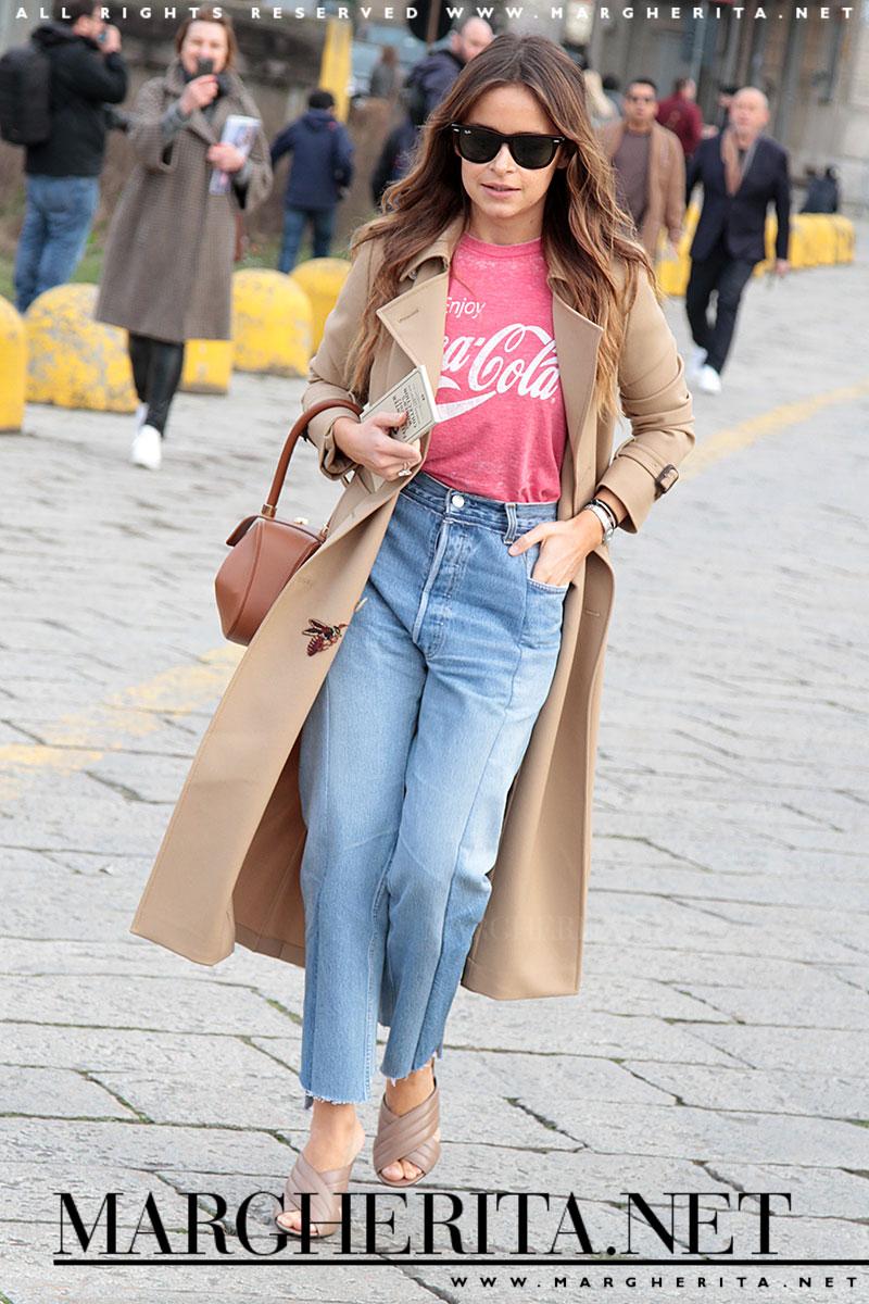 Così si crea quel look VIP/it-girl: combinate un jeans con una t-shirt, metteteci sopra una giacca super chic e un paio di scarpe anni '70 ai piedi.