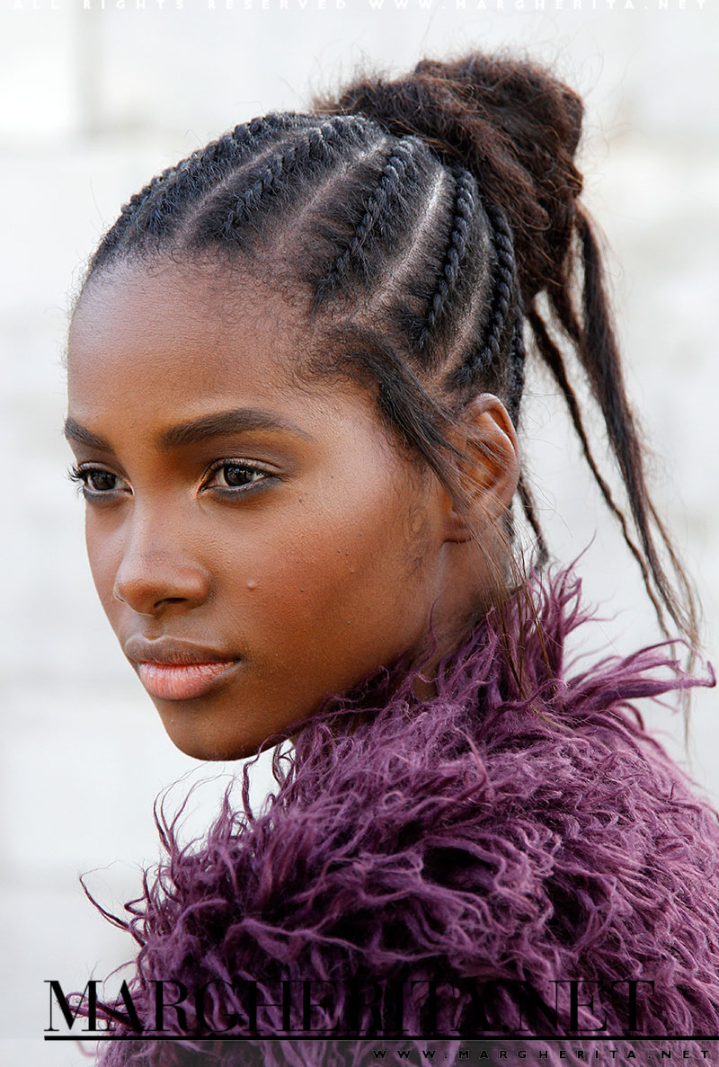Una modella con cornrow dopo la sfilata di Valentino a Parigi Estate 2016