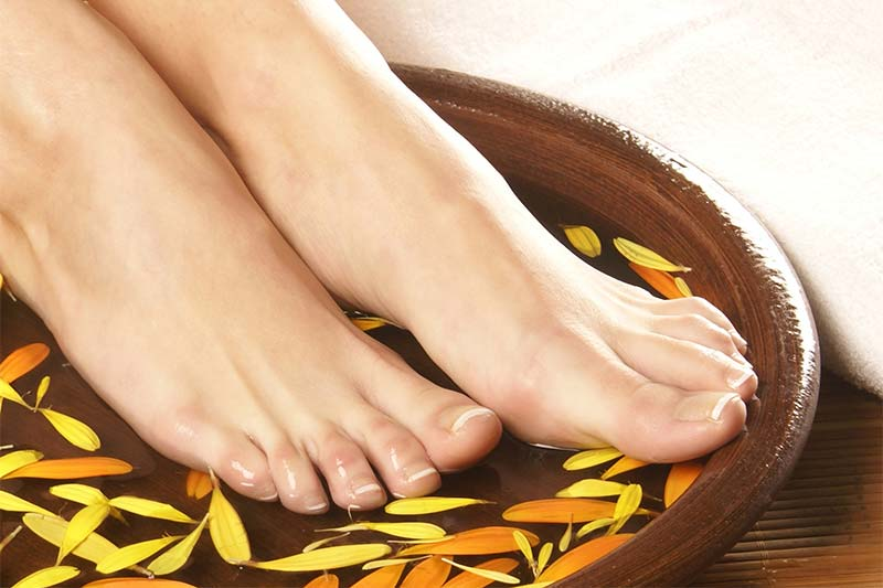 Cura dei piedi. Come trattare le cuticole? Tagliarle o no?