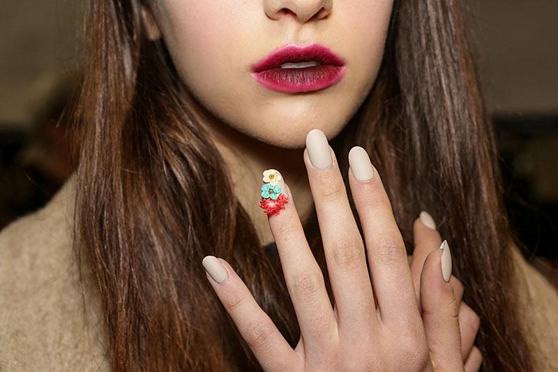 Nail art con fiorellini secchi