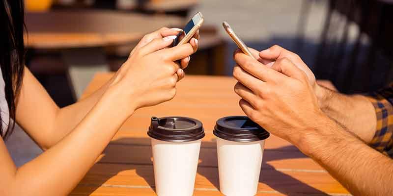 Se ci tieni alla tua relazione, metti via lo smartphone. Mai sentito parlare di 'phubbing'?