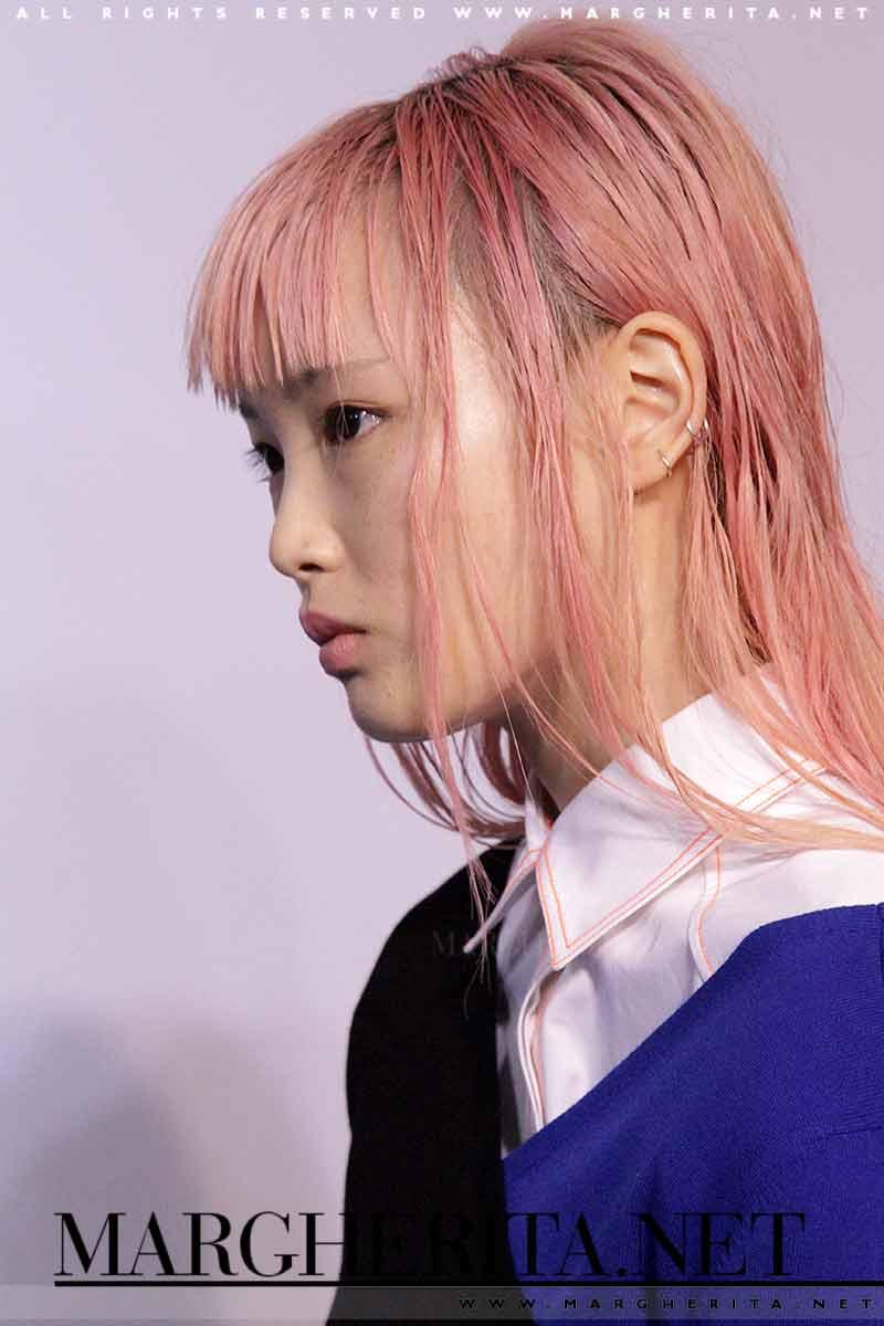 La top model Fernanda Ly è da sempre stranota per i suoi capelli rosa - Ph Charlotte Mesman