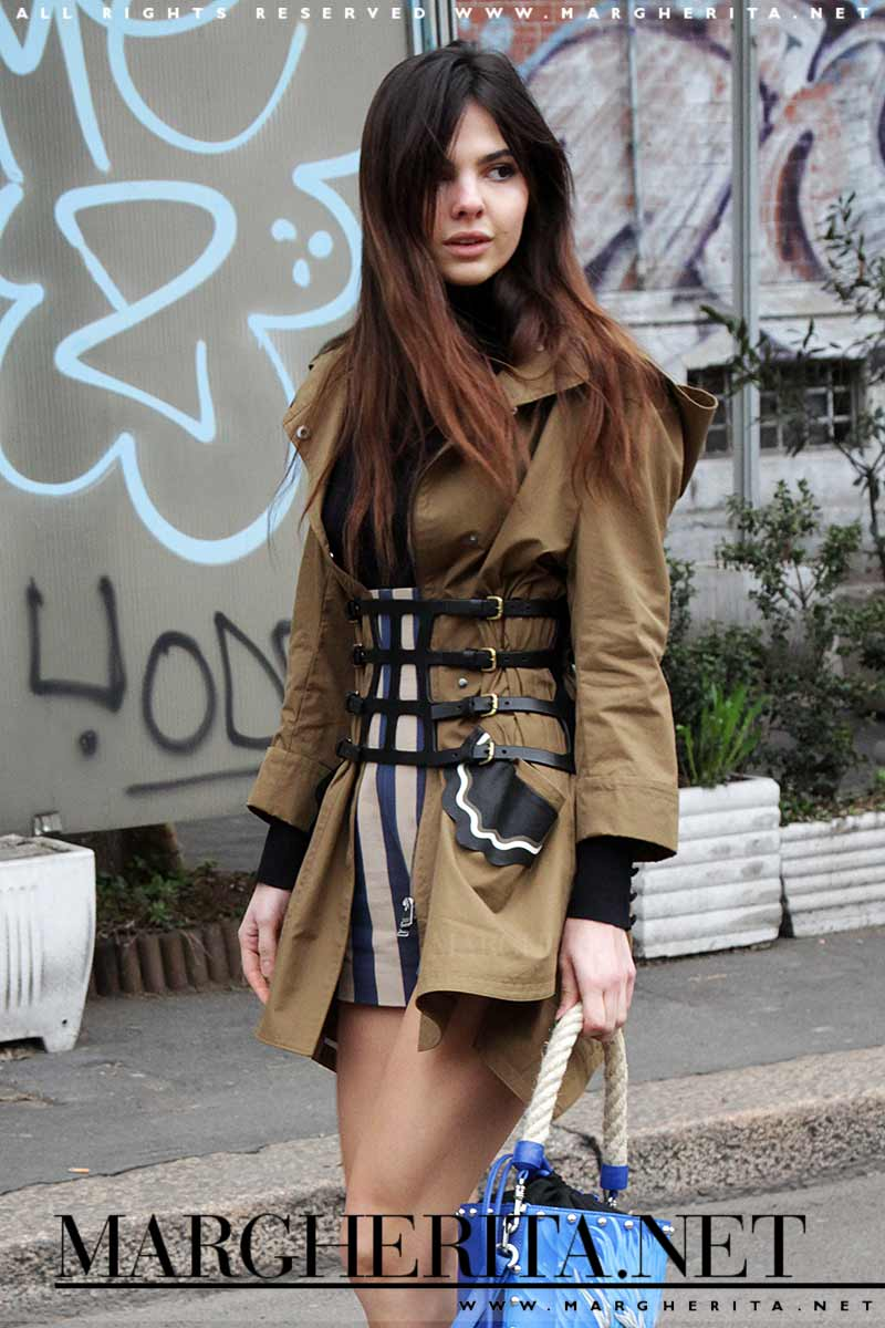 Street style donna autunno 2017. Trendy in shorts e parka, copia questo look!