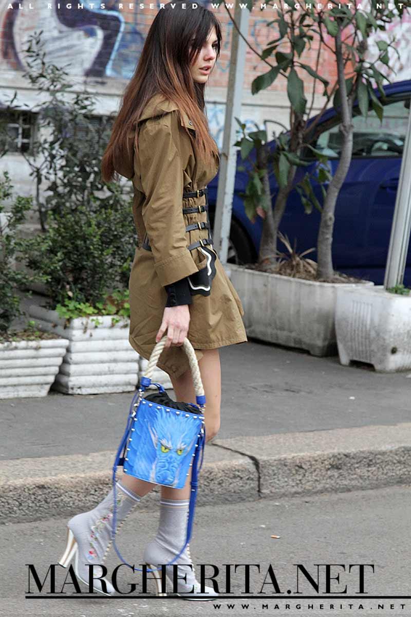 Street style donna autunno 2017. Trendy in shorts e parka, copia questo look!