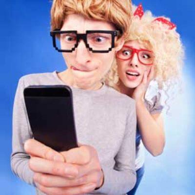 Controlli il suo smartphone? Vorresti sapere con chi chatta online?