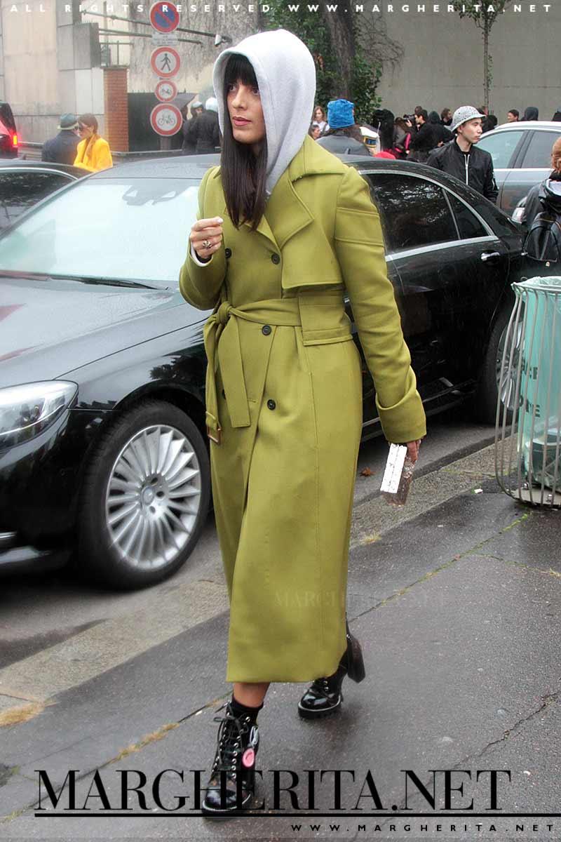 Trench coat, foto street style autunno inverno 2017 2018. Il trionfo del trench coat Foto Charlotte Mesman