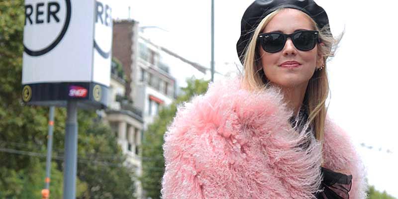 Tendenze moda rosa autunno inverno 2017/2018. Streetstyle Parigi foto Charlotte Mesman