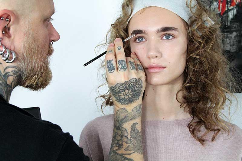 Make-up 2018. Sopracciglia corte e dritte