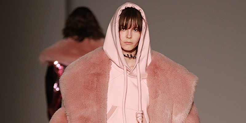 Un look di moda invernale davvero 'cool'. Angel Chen autunno inverno 2017 2018, ph. Mauro Pilotto