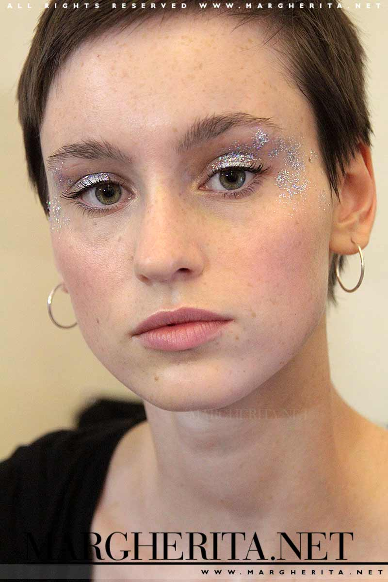 Tendenze trucco 2018. Pelle pulita e glitter per gli occhi, Stella Jean PE 2018, make-up: Michele Magnani per M.A.C., ph. Charlotte Mesman