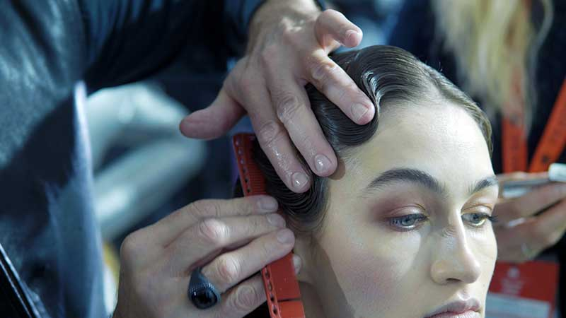 Onde vintage nei capelli, Bellissime acconciature 'finger waves' nel backstage di Aigner. Il tutorial di Franco Curletto