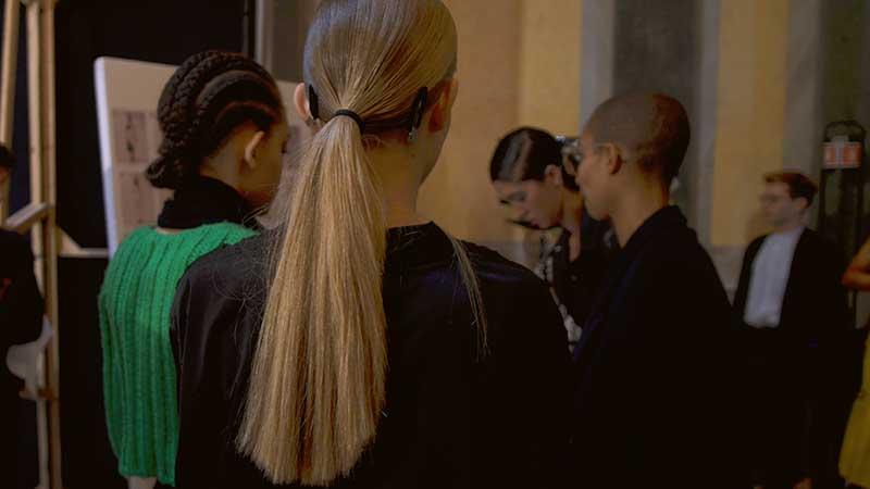 Riga di lato, capelli lisci ed eleganti con i giusti prodotti. I consigli di Angelo Rosa Uliana di Toni&Guy