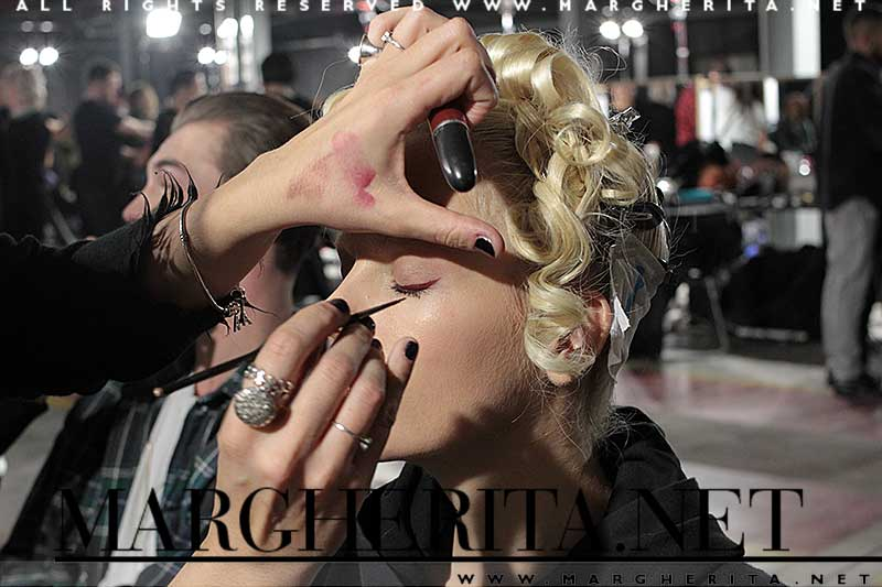 Trucco modelle e modelli alla sfilata Moschino Uomo AI 2018-2019. Makeup Kabuki, foto Charlotte Mesman