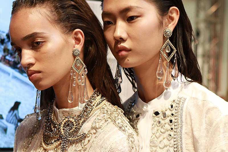 Accessori di moda. Orrecchini e collane