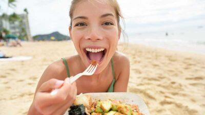 Integratori ed alimentazione corretta per rallentare l'invecchiamento della pelle. Ecco cosa mangiare