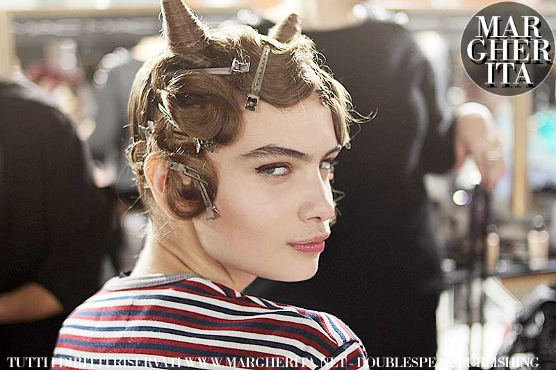 Acconciatura con finger waves. Sfilata: Moschino