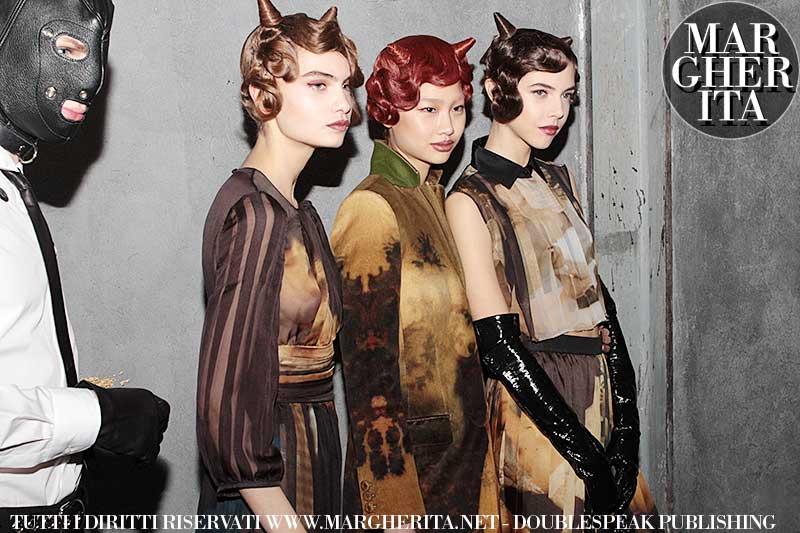 Trucco per gli occhi rosso. Moschino AI 2018 2019. Make-up: Kabuki per M.A.C