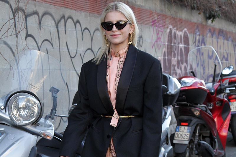 d8a5a77971 Lo street style donna durante le sfilate moda uomo inverno 2019 2020 a  Milano
