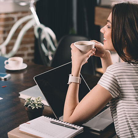 Il caffè fa bene? Nuove ricerche sostengono che l'assunzione regolare di caffé avrebbe effetti benefici (di cui una volta nessuno parlava)