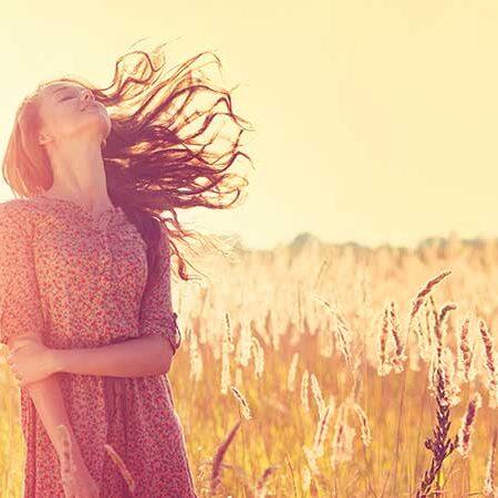Come proteggere i capelli dal sole. Ecco i consigli per una chioma estiva sana