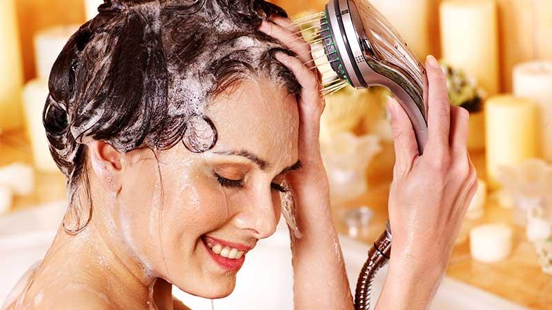 Aggiungi dello zucchero ai tuoi capelli. Lo scrub del cuoio capelluto per una testa sana, capelli più forti e una crescita più veloce