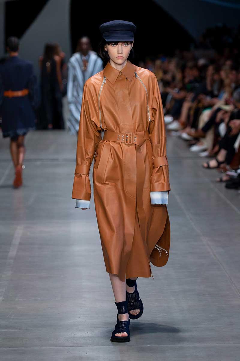 Tendenze moda 2020 pelle e finta pelle. Sfilata Sportmax primavera estate 2020