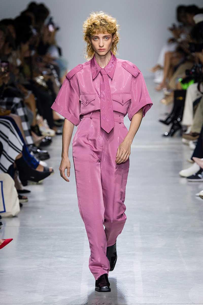 Tendenze moda 2020 pelle e finta pelle. Sfilata Annakiki primavera estate 2020