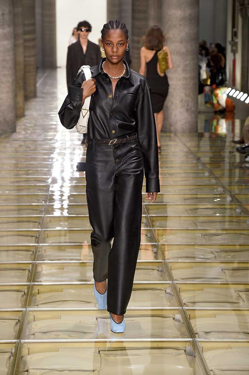 Tendenze moda 2020 pelle e finta pelle. Sfilata Bottega Veneta primavera estate 2020