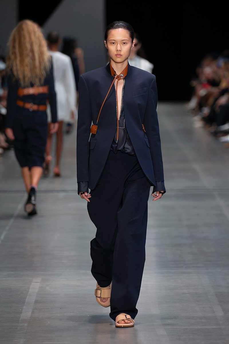 Maglione marrone e pantalone a vita alta caramello nel 2020