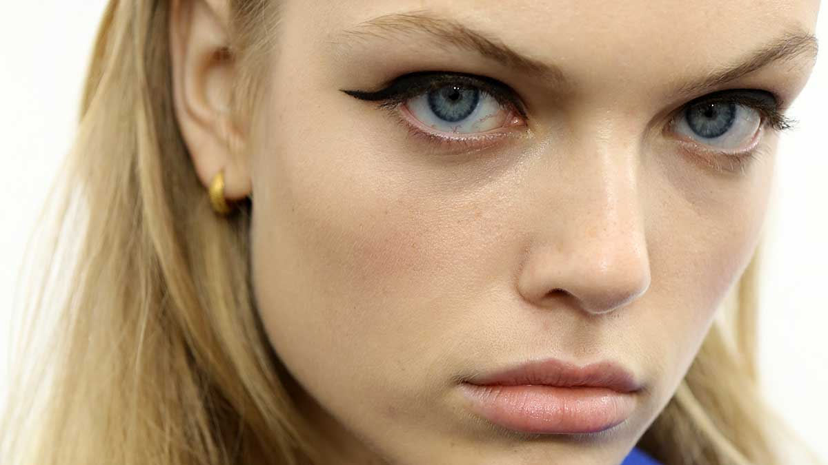 3 volte eyeliner! Trendy eyeliner looks per il trucco primavera estate 2020 - Foto Charlotte Mesman