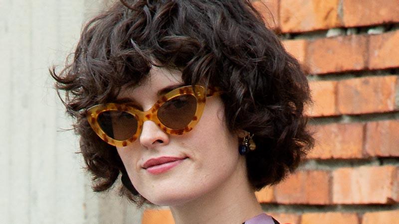 Un taglio di capelli corto e trendy per chi ha i capelli mossi. Per fortuna non tutte le tendenze capelli 2020 prevedono un mullet... Foto Charlotte Mesman
