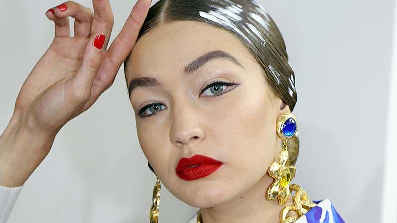 Nuove tendenze trucco primavera 2020: labbra rosse e copracciglia 'al sapone'. Makeup occhi e labbra al top!