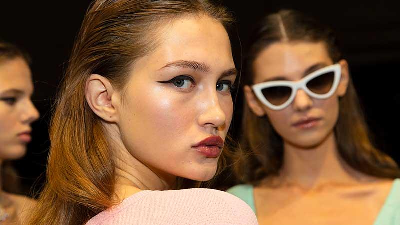 Tendenze trucco PE 2020. Pelle luminosa e eyeliner strong