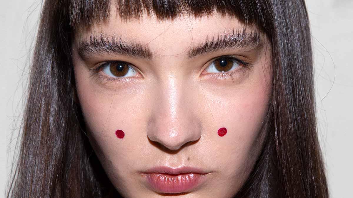 Tendenze makeup trucco sopracciglia 2020. Sfilata: Stella Jean. Make-up: Michele Magnani. Foto: Charlotte Mesman