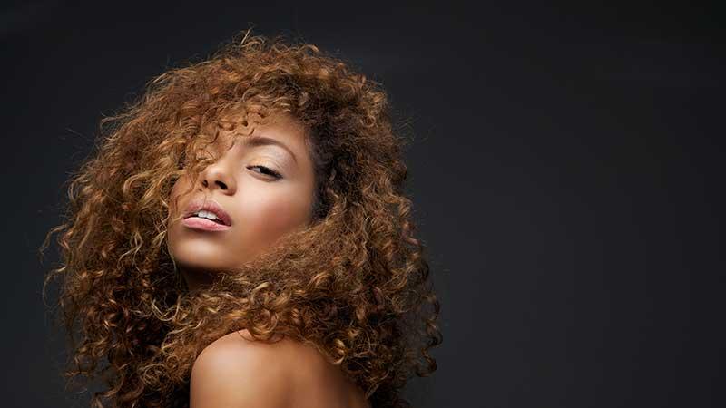 I capelli crespi. Come valorizzare al massimo il capello crespo a casa, con i consigli di Denis Pichierri di TONI&GUY