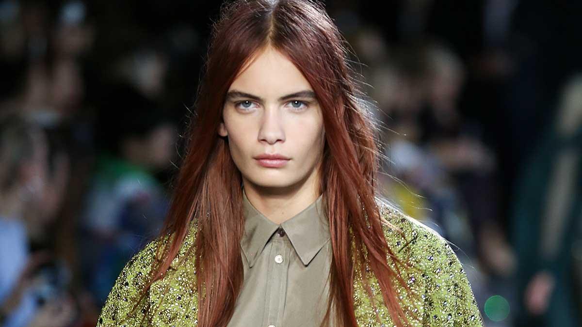I capelli estate 2020. Le tendenze colore capelli per la primavera estate. Novità: rosso fragola! Sfilata: Rochas. Foto: Mauro Pilotto. Modella: Nina Marker