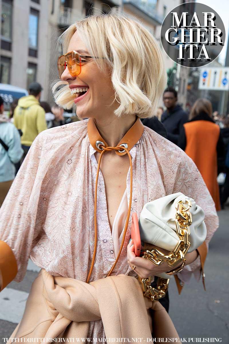 Accessori estate 2020. Tendenze borse e i consigli per portare con stile quelle borse così grandi... Foto Charlotte Mesman
