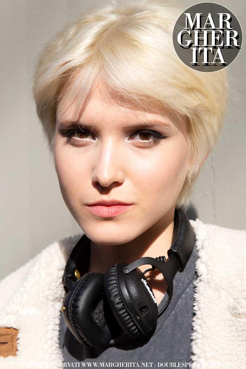 Tagli di capelli corti primavera estate 2020. Un taglio biondo platino molto versatile - Foto Charlotte Mesman