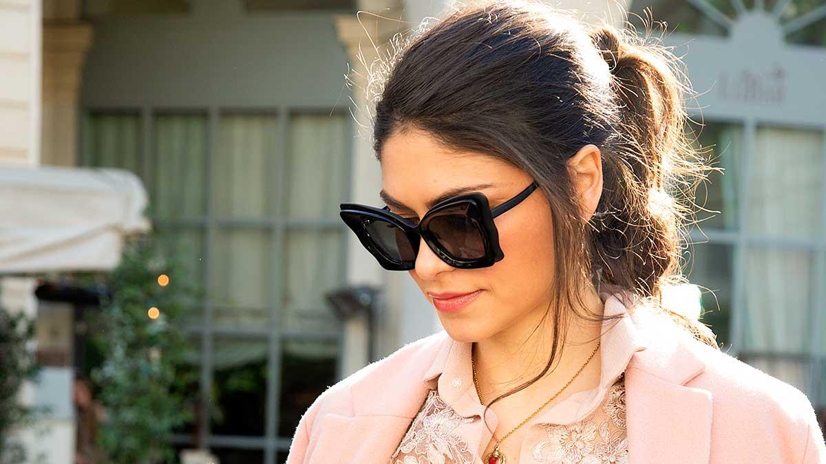Idee capelli raccolti per la primavera estate 2020. Ima acconciatura facile, sexy, e alla moda! Foto Charlotte Mesman
