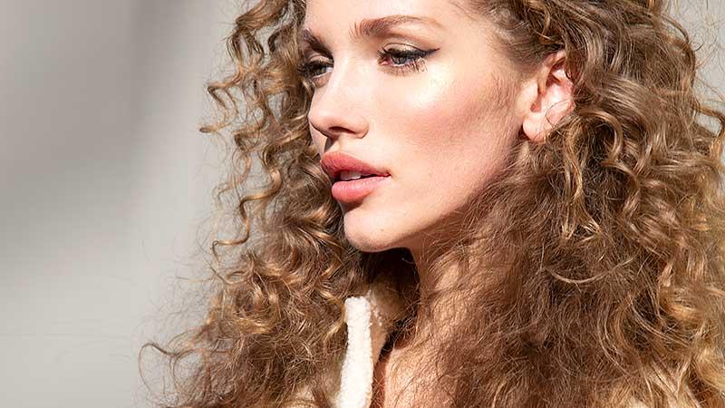I trucchi per camuffare la ricrescita dei capelli quando non si può andare dal parrucchiere. I consigli di Toni Pellegrino