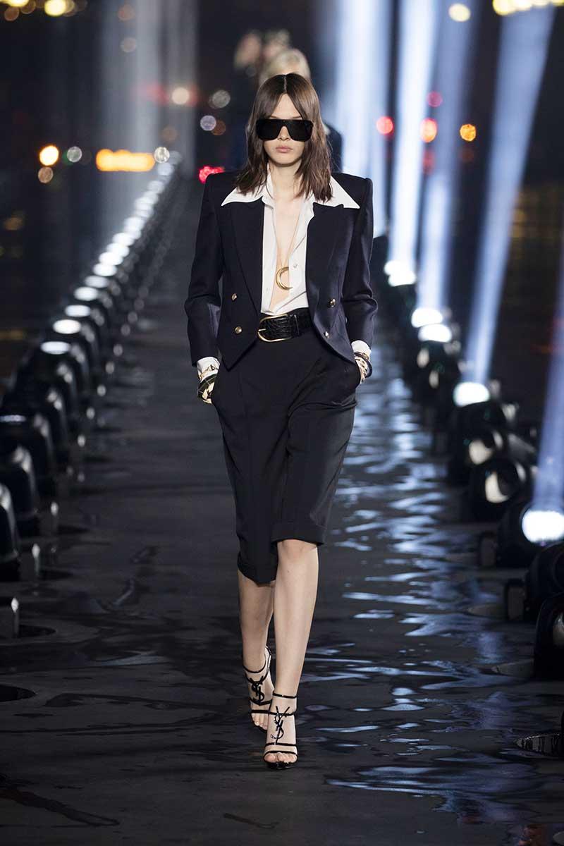 La moda primavera estate 2020. Lo conoscete lo short suit? Tendenze moda donna 2020. Foto: Saint Laurent