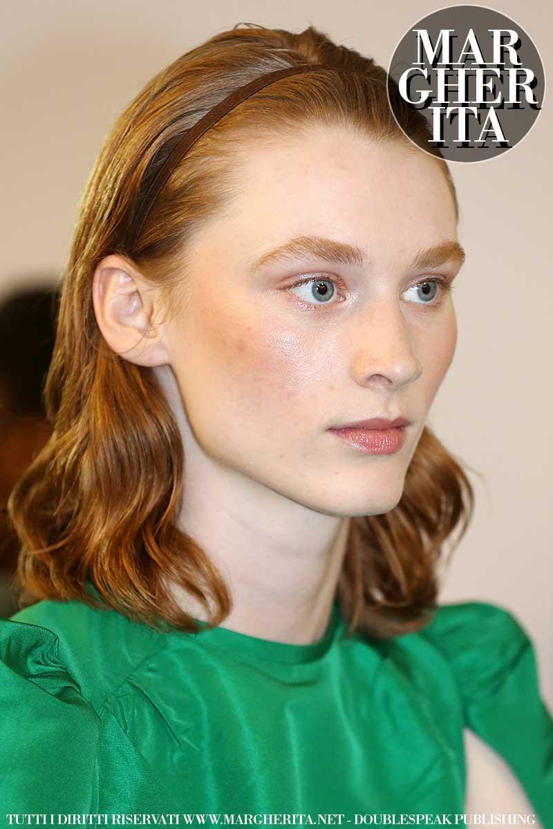 Tendenze capelli 2020. Acconciatura mossa senza volume