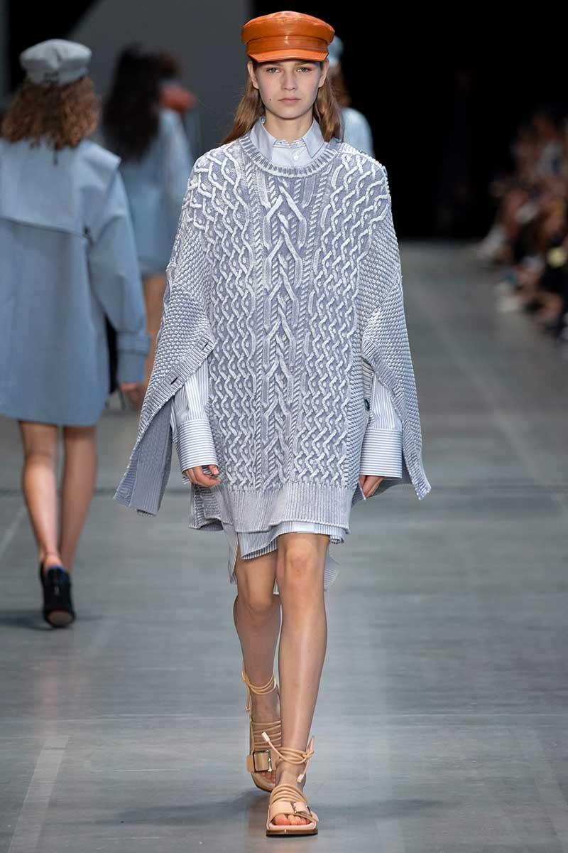 Vanno forte le righine bianche e blu! Tendenze moda donna estate 2020 - Sfilata Sportmax