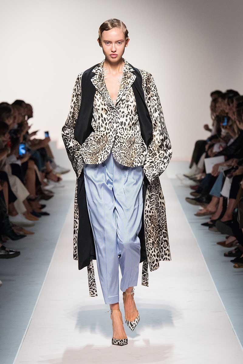 Vanno forte le righine bianche e blu! Tendenze moda donna estate 2020 - Sfilata Ermanno Scervino