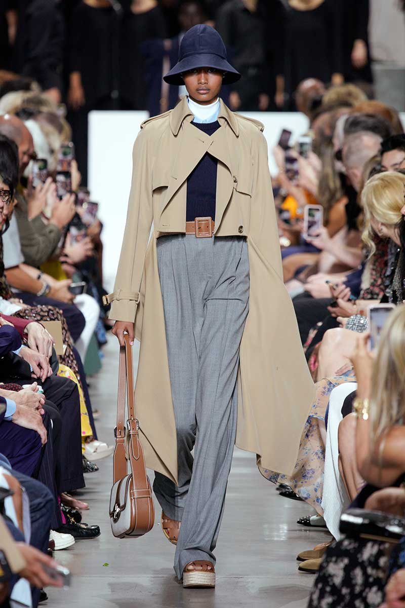 Tendenze moda donna estate 2020. Il trench coat, vecchio ma anche nuovo amore. Ecco come portarlo. Sfilata Michael Kors