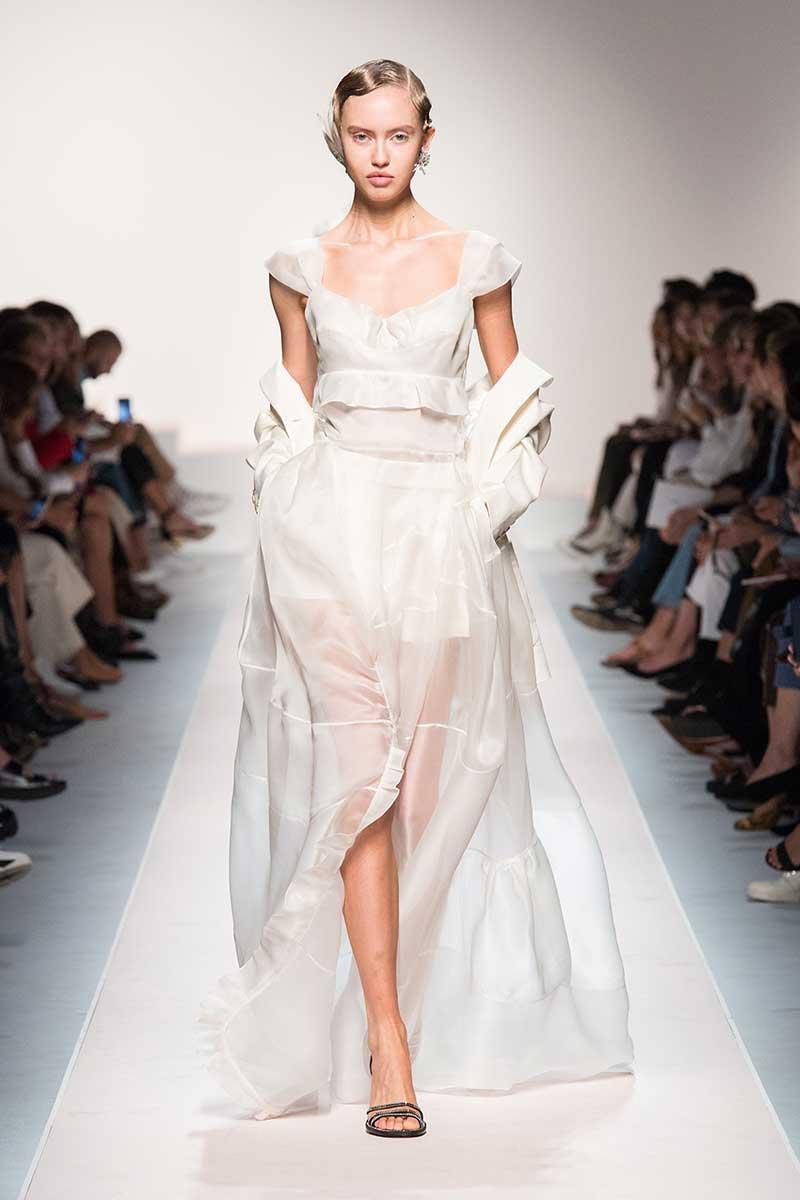 La moda per l'estate 2020, total white: sportivo, romantico, elegante. Scegliete il vostro stile. Sfilata Ermanno Scervino